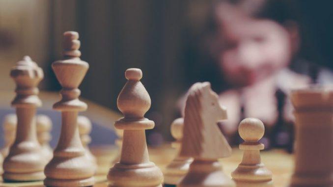Schachbrett mit Schachfiguren aus Holz